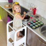La tour d'observation Montessori permet à votre enfant d'apprendre à faire seul certaines tâches du quotidien.