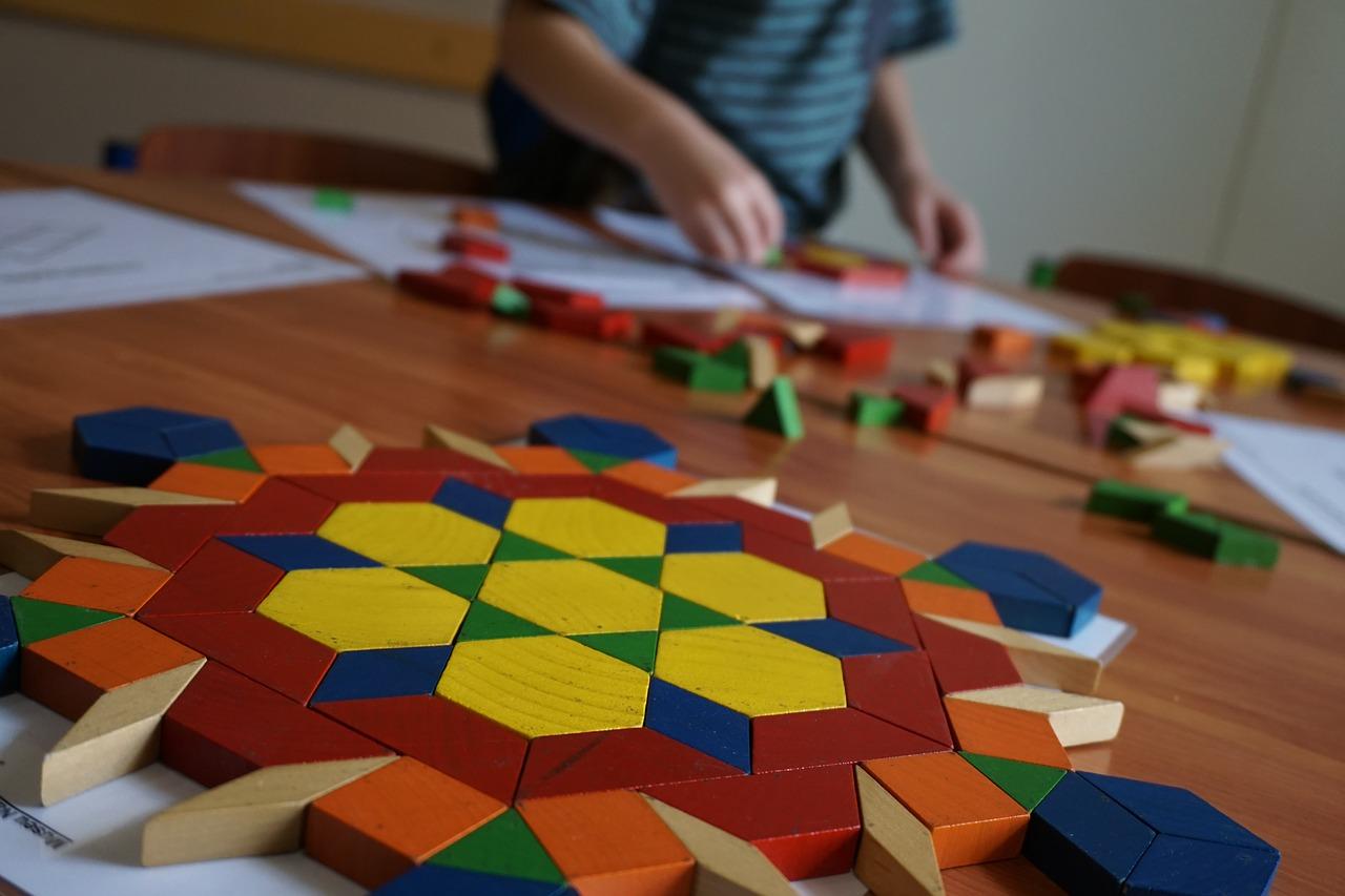 Le tangram Montessori est un jeu de réflexion aussi bien pour les petits que les grands !